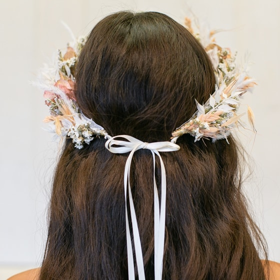 Dry_Flowers_Isabella_Floristik_Haarkranz_peach_weiss_Flowercrown_large_Headpiece (10)